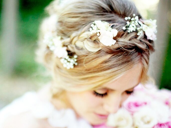 Las trenzas con detalles florales que imitan una corona para novia están entre las favoritas de las novias románticas. Foto: ©Lindsey Shaun para Hair & Make-up by Steph