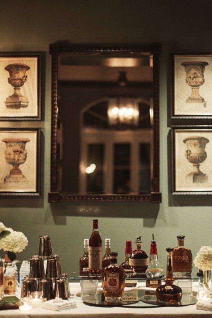 Mini bar para el novio el dia de la boda de moda en 2013 - Foto Binaryflips Photography en Style Me Pretty