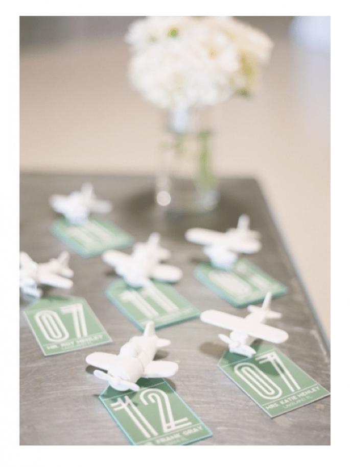 Números de mesa con detalles en color verde esmeralda - Foto Justin De Mutiis