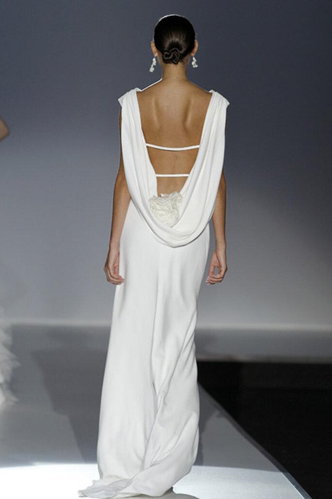 Robe de mariée minimaliste décolletée dans le dos