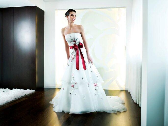 Brautkleid mit Farbakzenten. Trend 2012 von Penhalta
