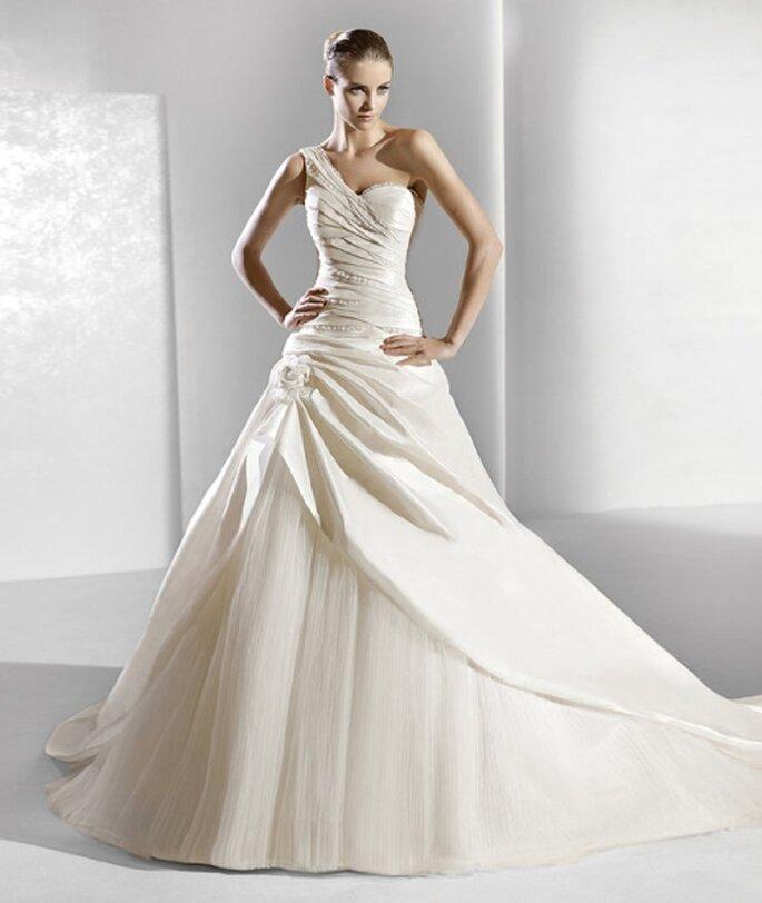 Vestido de novia con líneas asimétricas y falda de tul de La Sposa 2012