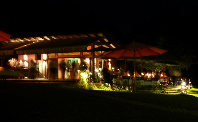 Beispiel: Aussenansicht nachts, Foto: AmVieh-Theater.
