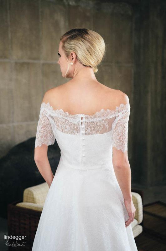 Küss die Braut Modell Rosenrot A-Linie mit feinem Spitzenbolero