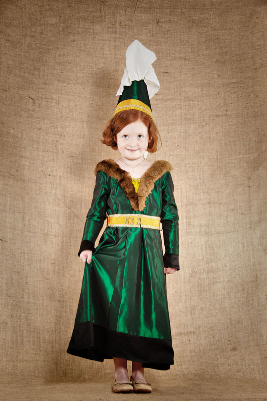 Costume d'Iseult, Dame du Moyen Age comprenant la robe  la coiffe la ceinture Taffetas, soie et fourrure synthétique   http://www.7etunelieues.com/fr/costumes-filles/costume-de-dame-du-moyen-age-4-ans