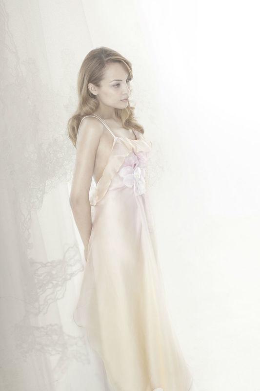 Beaumenay Joannet Paris, - robe de mariée fluide rosée, et fleurs de soie  blanches