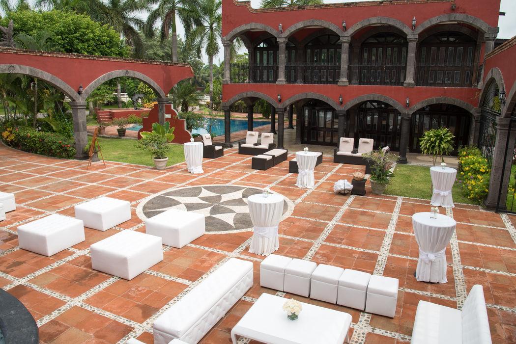 Locaciones privadas para bodas y eventos #mobiliarioparaeventos, #bodasenlaplaya #beachweddings #centrosdemesa #centerpieces #bodasencancun #partyboutiquecancun #udwfinefurniturerental #prettyflowerscancun