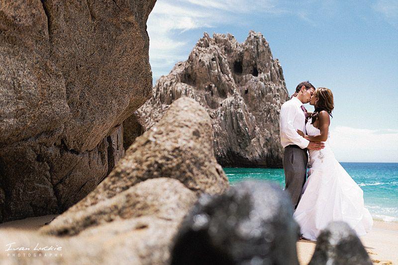 Boda en Los Cabos novia y novio en el Arco
