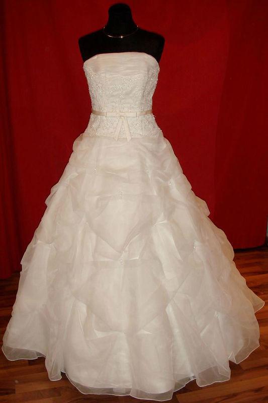 Beispiel: Wunderschöne Brautmode, Foto: Der Brautladen.