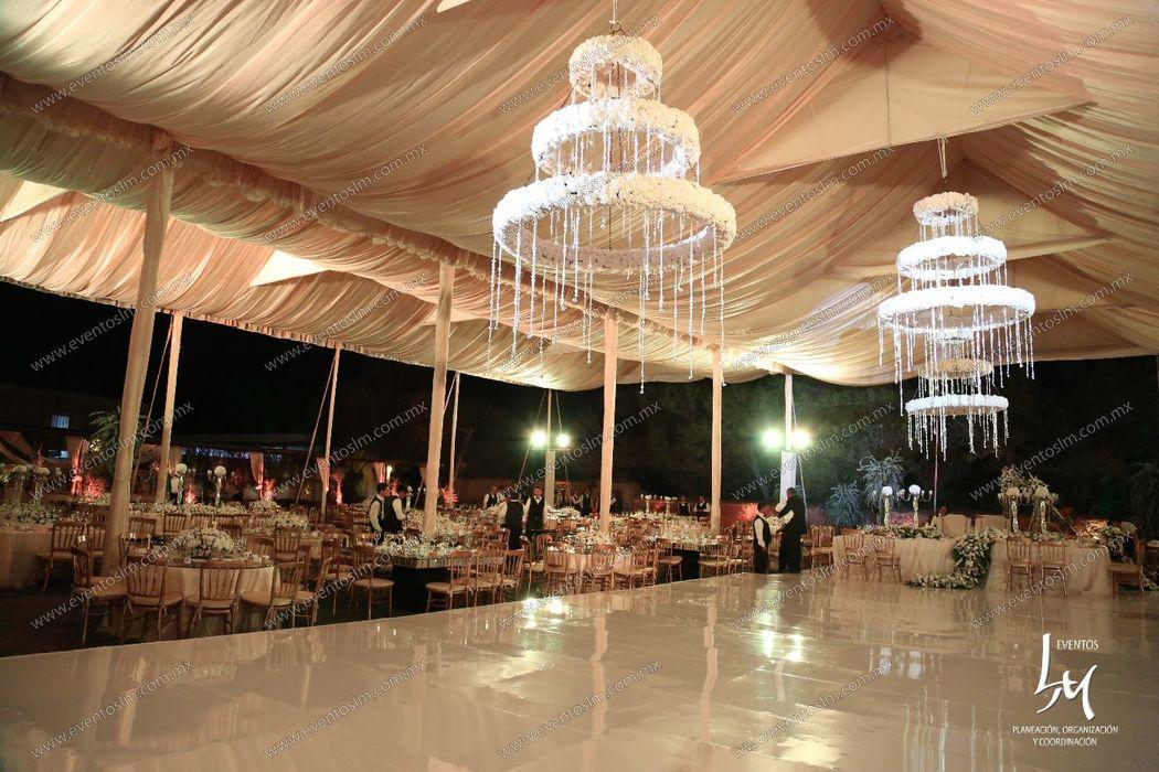 Mario Delgadillo, Professional Wedding Planner, centros de pista con flores blancas y cristales