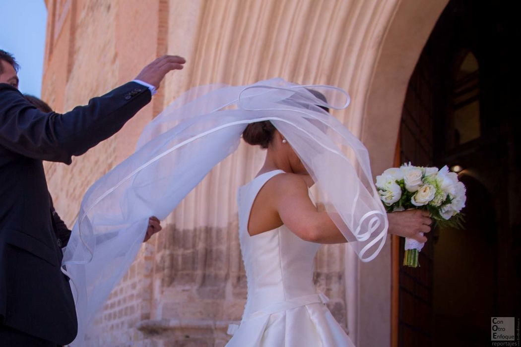 el velo, el viento y la novia a las puertas de la iglesia en Montalbán (Teruel)