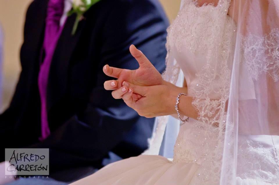 Maria José & José Luis, Madrid. Ya sentados en el altar, los nervios de la novia quedaban reflejados en sus manos.