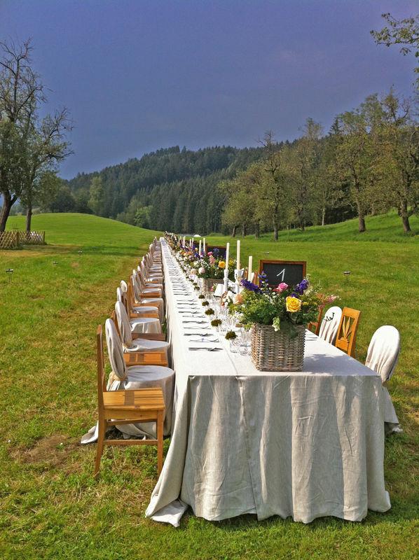 160 Personen auf einer langen Hochzeitstafel
