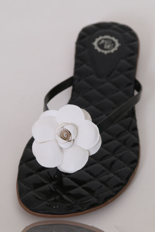 Slim Vip Palmilha Matelassê Verniz Preto com Flor de PU branco