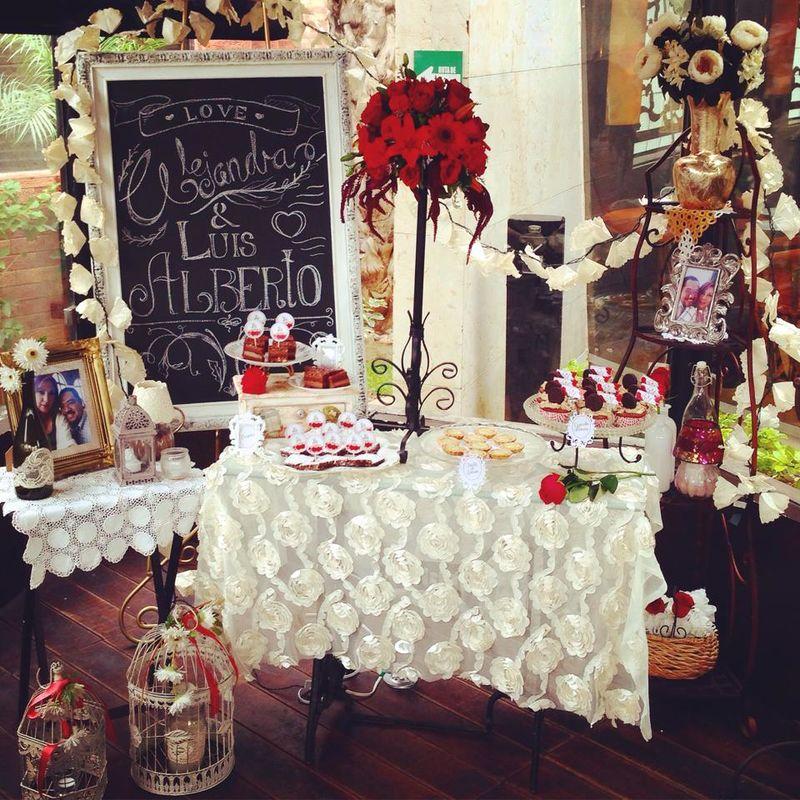 Bellísima mesa de postres para una recepción intima y romántica.