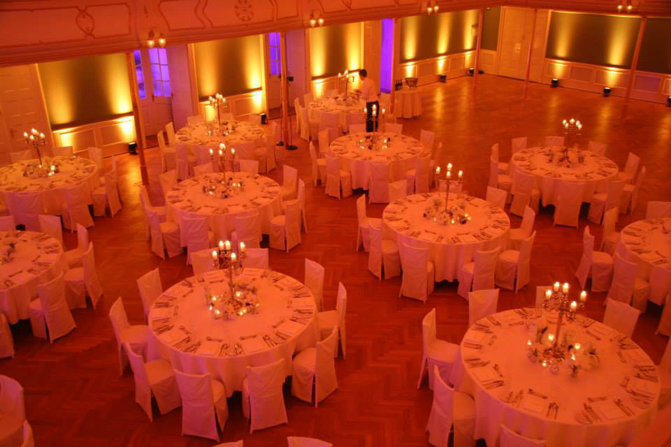 Beispiel: Eventgestaltung - Tischanordnung, Foto: Deko Design.