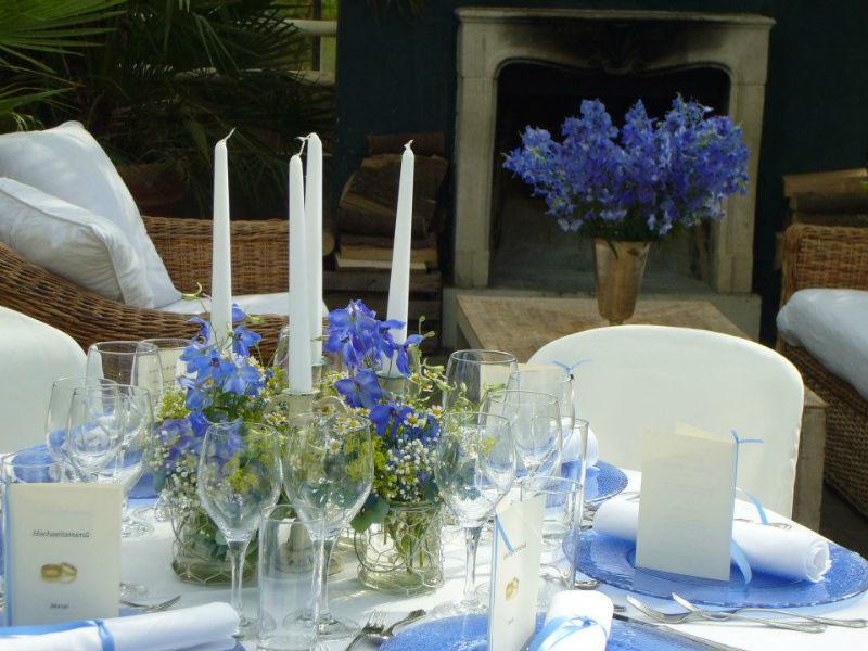 Beispiel: Tischdekoration in blau, Foto: Die Alte Gärtnerei.