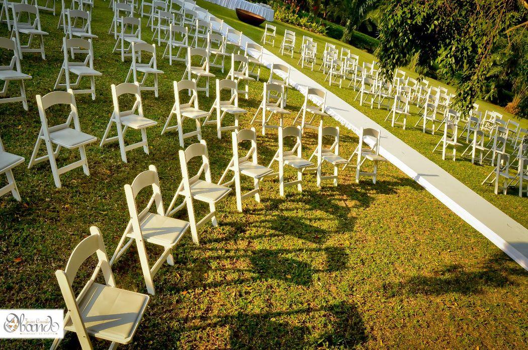 La celebración de una boda campestre realizada con ese toque mágico y especial, en un lugar en el que su matrimonio estará rodeado de ese hermoso e imponente paisaje. Boda realizada con la producción y el sello de Juan Camilo Obando Decorador.