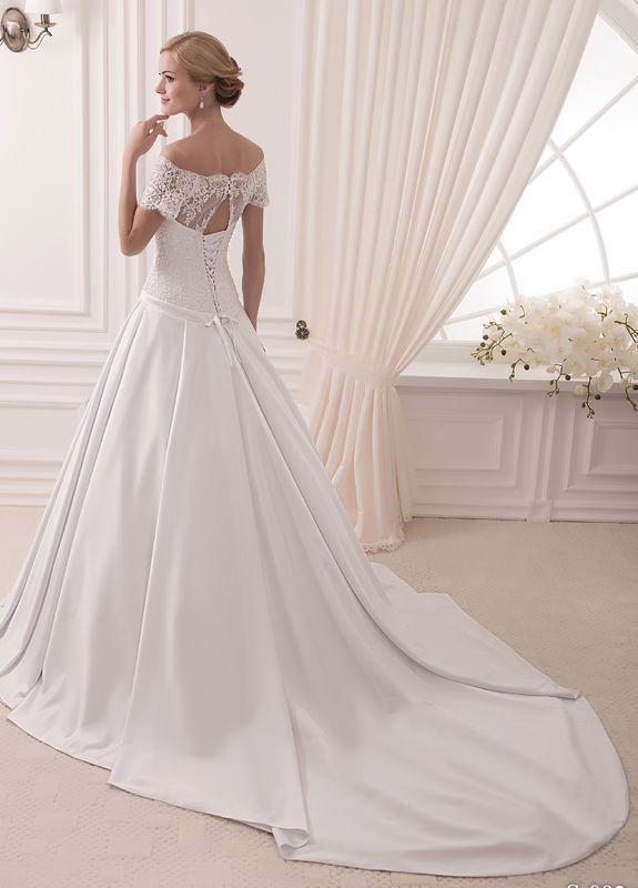 Robe de mariée avec grande traine et col bateau réhaussé de dentelle, laçage dos. Boutique de mariée Olghita de Pias.