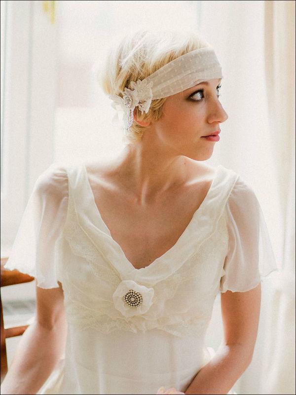 Headband de mariée fait main avec du tulle de soie, du tulle plumetis, de la dentelle de Calais et des strass.