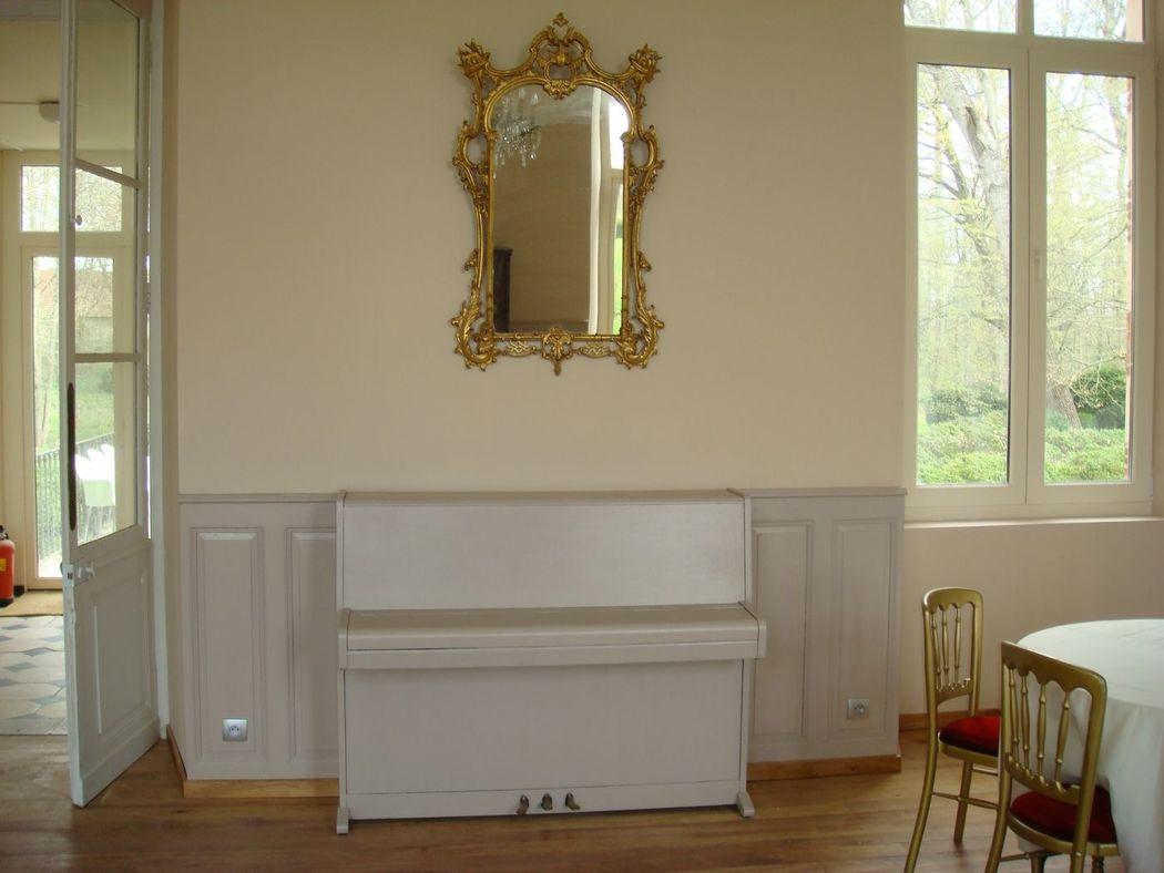 Le piano dans le hall central