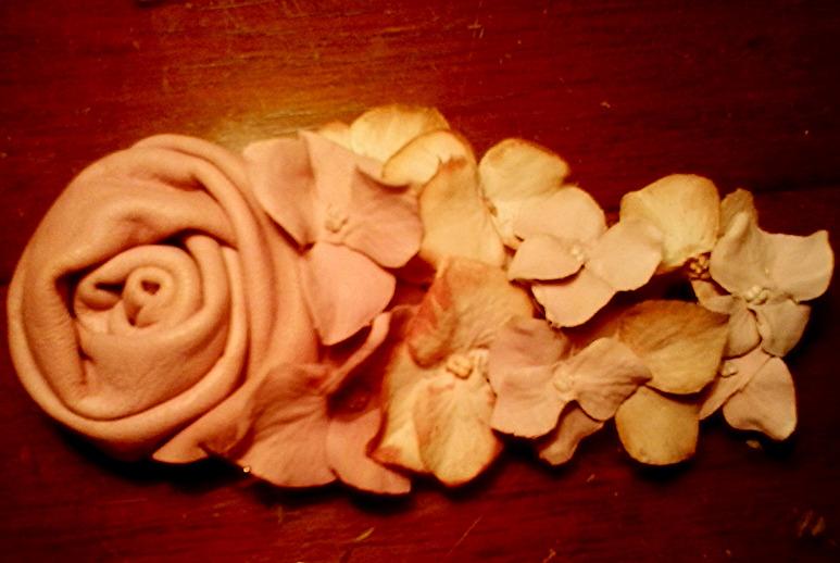 Pinza Vitage en gamas de  rosas con rosa en piel de badana rosada.