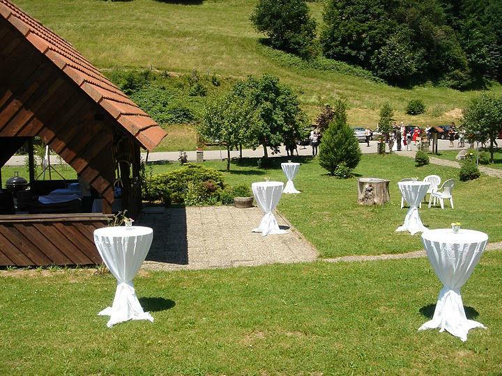 Beispiel: Empfang im Garten, Foto: Hotel-Restaurant Zum Fröhlichen Landmann.