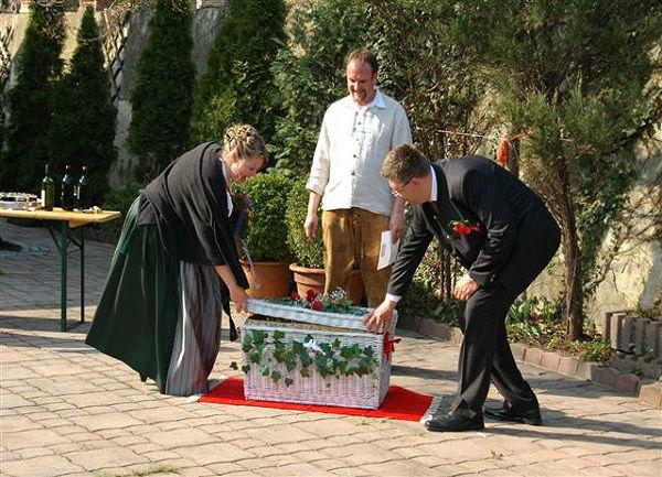 Beispiel: Öffnen der Truhe, Foto: Hochzeitstauben Michaela Kohl.