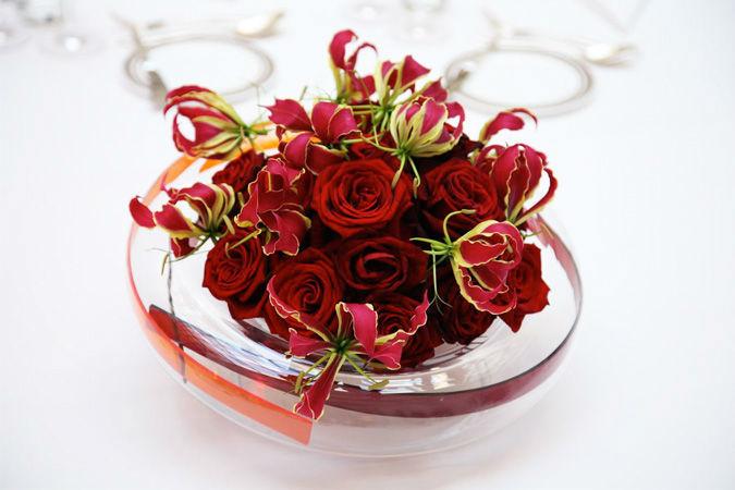 Beispiel: Festliches Hochzeitsgesteck in Rot, Foto: Marsano Blumen.