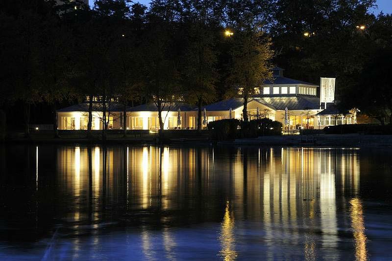 Beispiel: Außenansicht bei Nacht, Foto: Restaurant Leuchtturm.