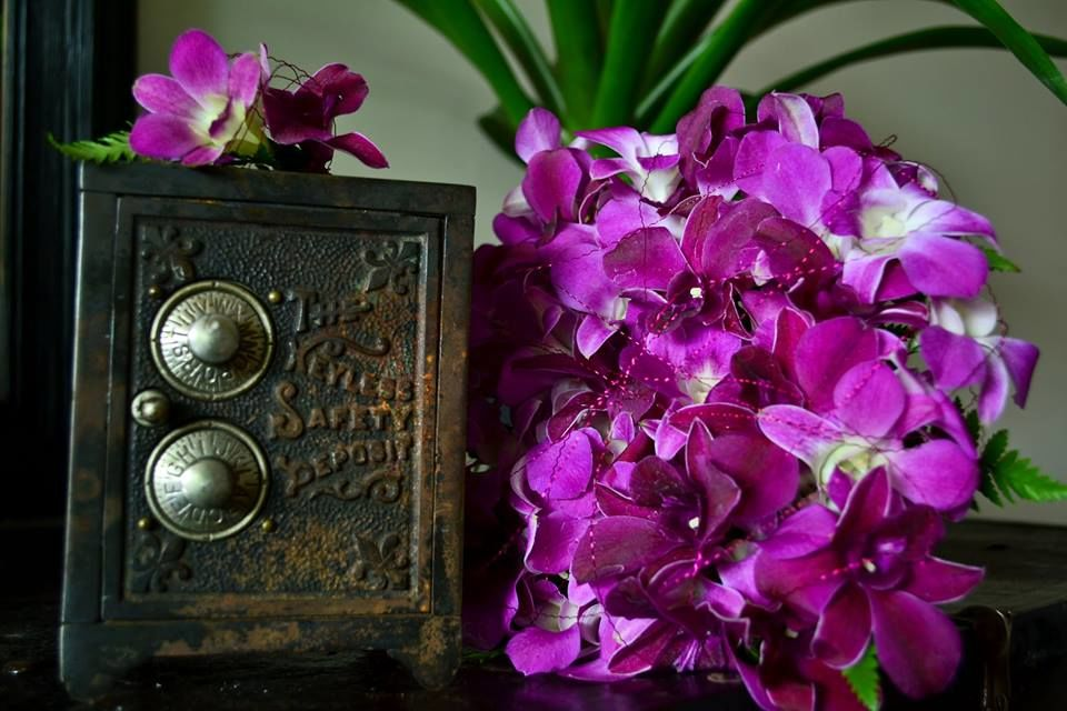 Ramo de novia Floristika con una de las técnicas que más nos gusta usar, alambrado, cada flor esta sellada conteniendo la humedad en cada una de ellas,  ramo basado en una novia divertida gustoza del color.