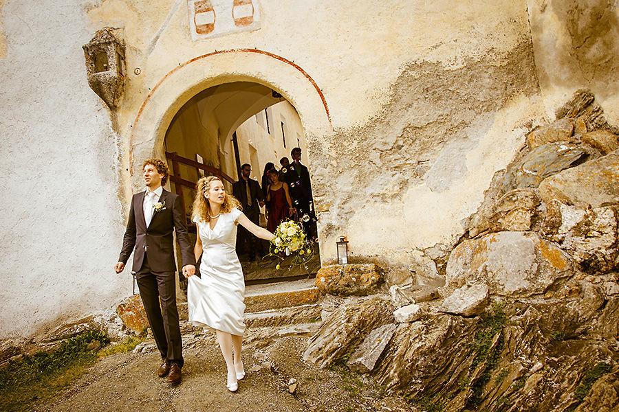 Beispiel: Wunderschöne Hochzeitsfotos Auzug aus der Kapelle, Foto: Sandra Stamm Fotografie.