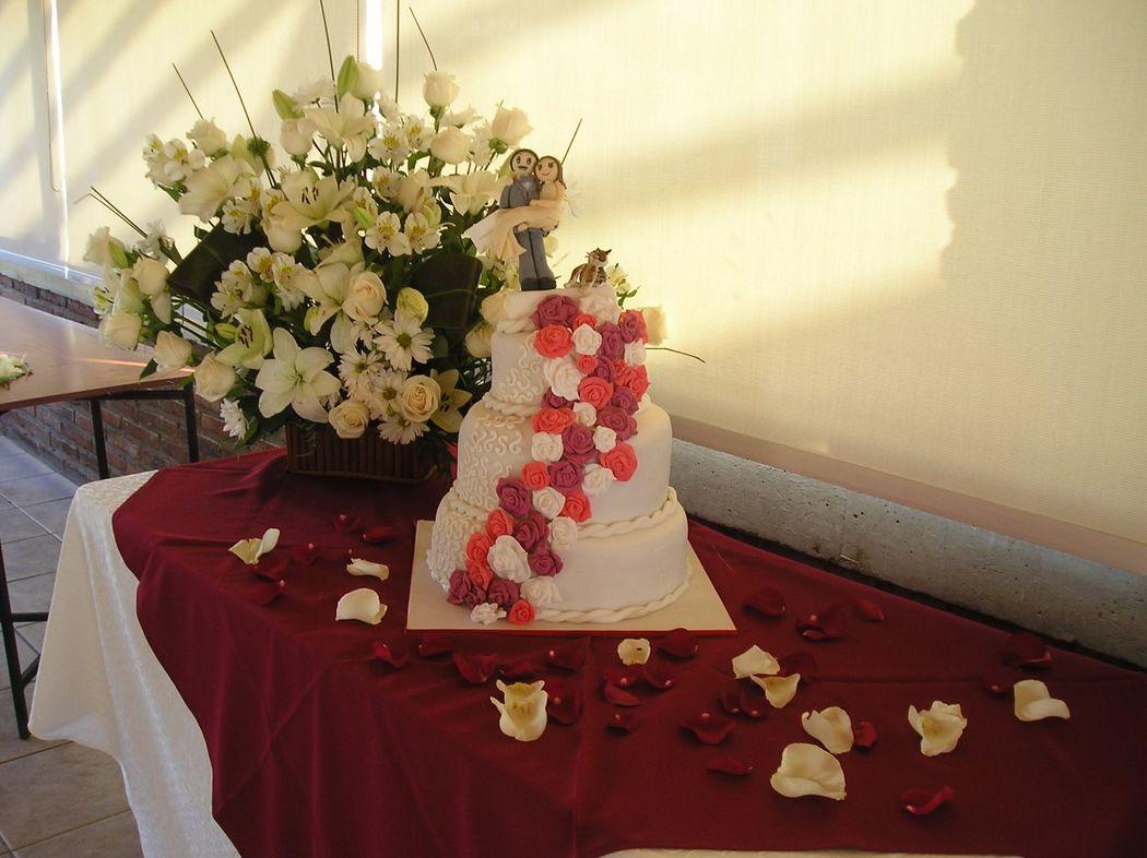 Cascada de rosas en tonos burdeos y blancos