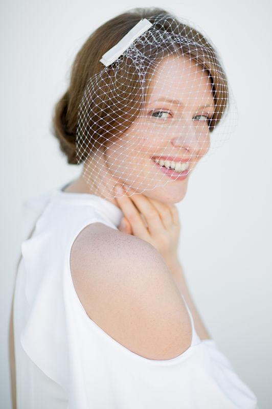 Brauthaarschmuck in Weiß, Ivory, Beige oder Pastell Apricot - Fascinator mit Seiden Schleife und Schleiernetz zur Hochzeit, Haarschmuck Braut.