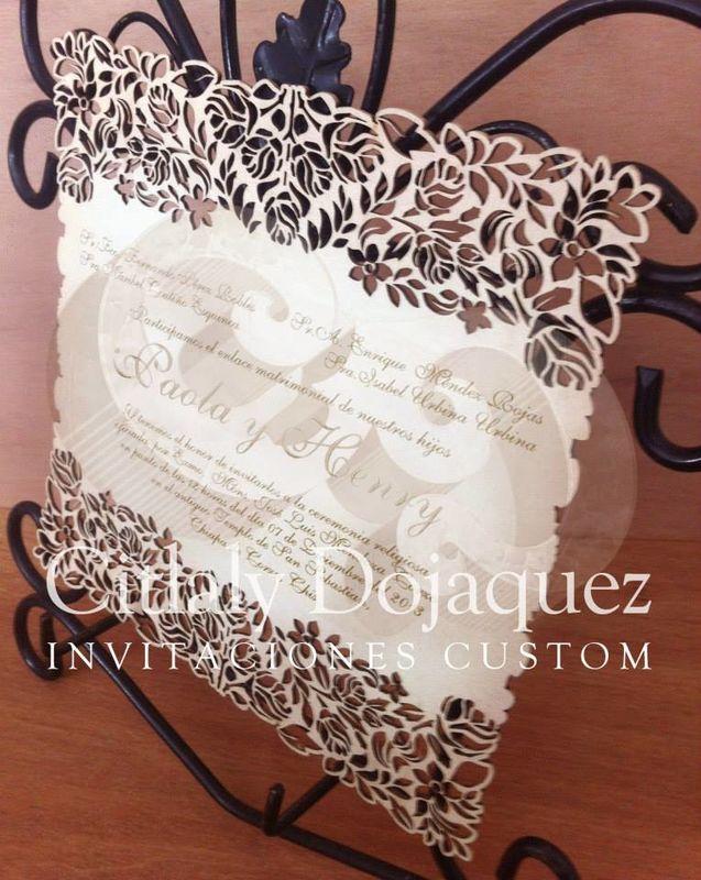 El detalle calado de las flores en  esta invitación luce precioso y es el toque de elegancia y originalidad.