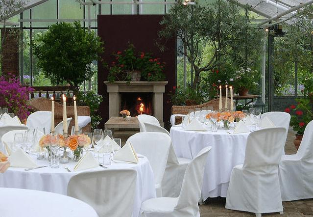 Beispiel: Hochzeitsgedeck mit romantischem Flair in einem Glashaus, Foto: Die Alte Gärtnerei.