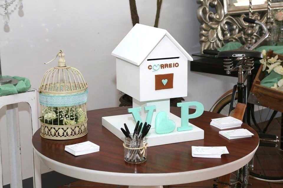Porque não uma caixa do correio para o seu casamento? Elas podem ser usadas para colocar as prendas dos convidados ou as mensagens, substituindo o livro de honra. Depois do seu dia de sonho,  podem-se tornar numa linda peça de decoração lá de casa. Mas se não quiser adquirir, pode sempre optar por alugar com a decoração pretendida. Fale connosco!