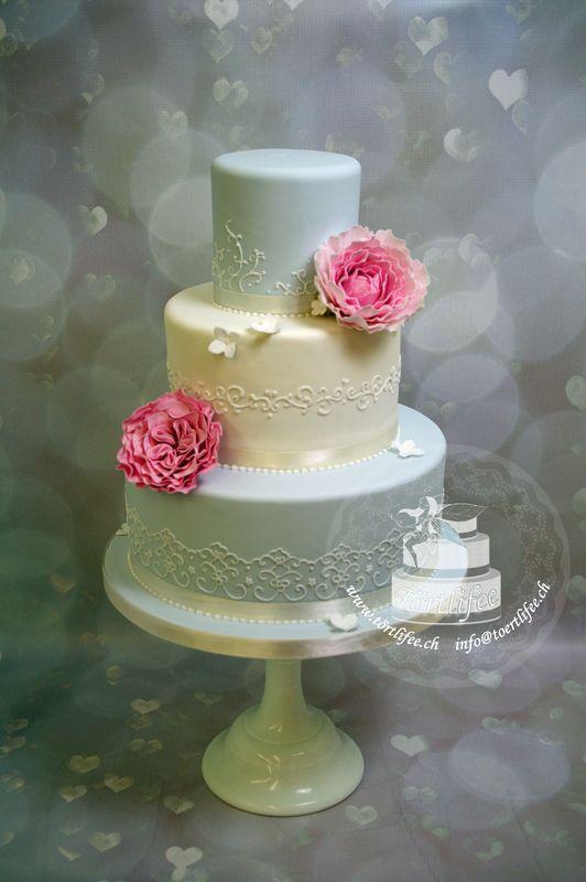 Torte mit Handmodelierten Zuckerblumen und Spitzenmuster