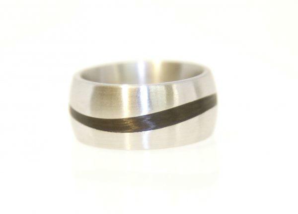 Beispiel: Trauringe mit Carbon, Foto: Meyer Schmuck Design.