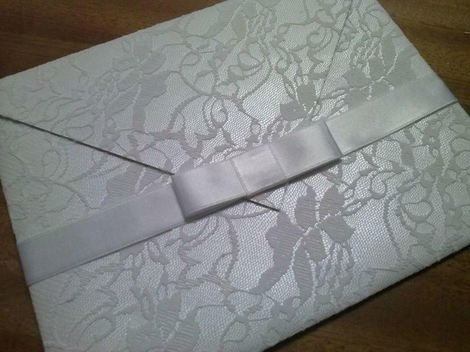 Envelope em papel perolado Aspen e revestimento em renda branca