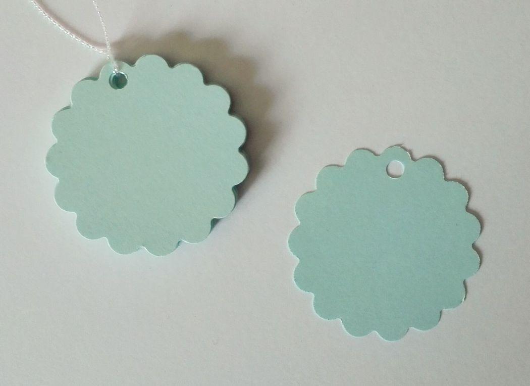 Etiquetas redondas con borde festón, color celeste. 5cm diámetro.