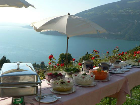 Beispiel: Buffet auf der Außenterrasse mit Blick auf den See und die Berge, Foto: Hotel Restaurant Meielisalp.