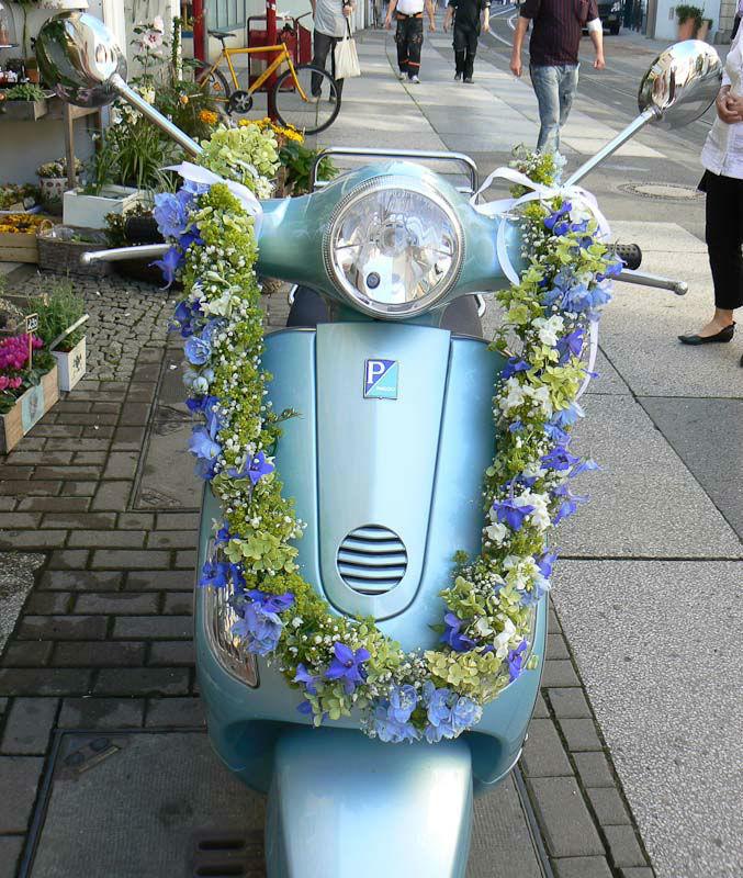 Beispiel: Blumen für das Transportfahrzeug am Tag Ihrer Hochzeit, Foto: Angela Lanz - Floristik und Ambiente.