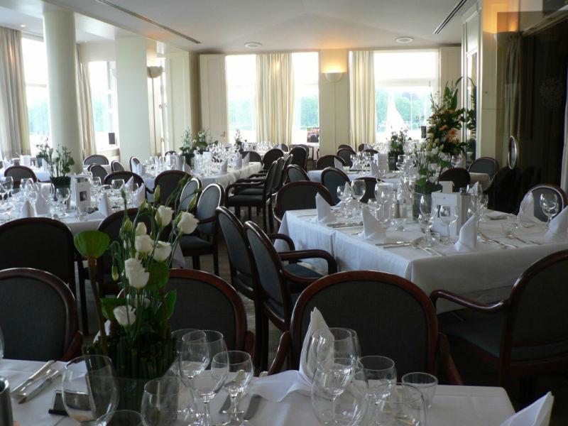 Beispiel: Tischdekoration, Foto: Margret Pleß Blumendekorationen.