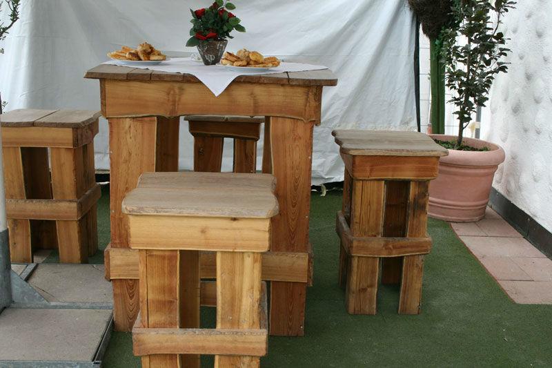Beispiel: Blockhaus Tische draußen, Foto: Fautenhau Alm.