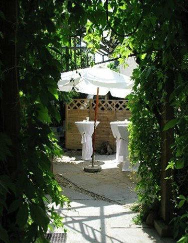 Beispiel: Sektempfang im Garten, Foto: Das Haus der Ideen.
