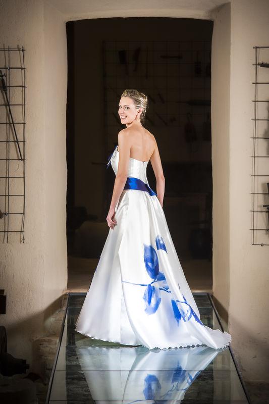 Collezione Muse 020 abito in mikado di seta stampato baccarat in bianco e blu. Realizzabile in altri colori.