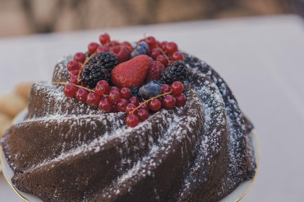 Bundt cake de chocolate con frutas del bosque