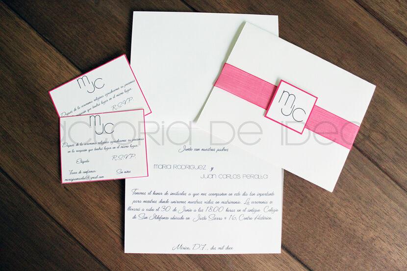 Invitación pequeña y sencilla pero elegante, con un toque de color