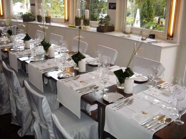 Beispiel: Hussen mit weisser Schleife, Foto: Hochzeitsvermietung - Stuhlhussen Deutschland.